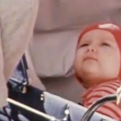 Vauva katsoo vaunuistaan ylöspäin