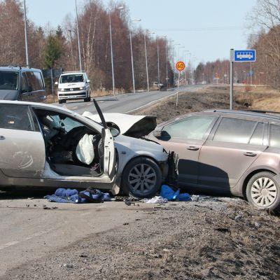 Kolaroineita autoja Hailuodontiellä Oulunsalossa.