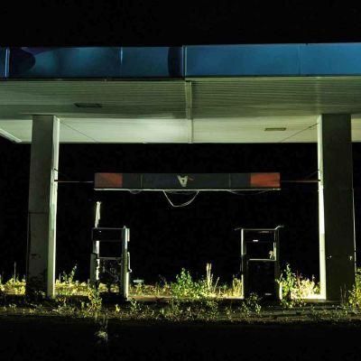 hylätty huoltoasema, öinen kuva