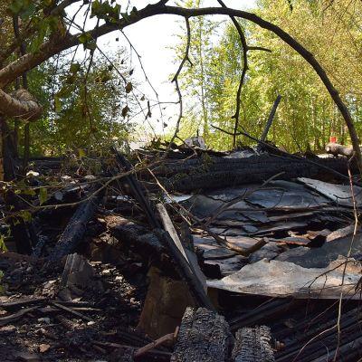 Tulipalossa tuhoutuneen varaston mustuneet jäännökset