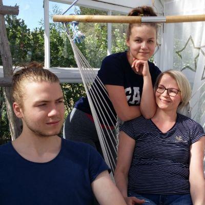 Markus, Milla-Maria ja Riikka Luukkanen suhtautuvat rennosti valmistujaisjuhlien järjestelyihin.