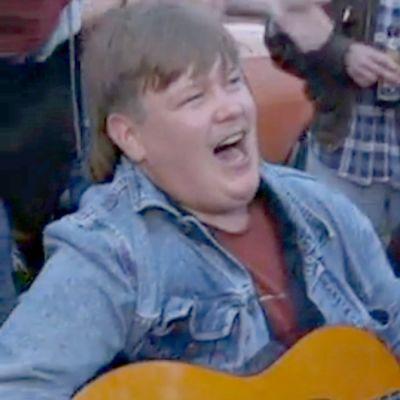 Aki Palsanmäki soittaa kitaraa.