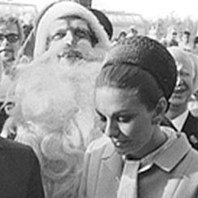 Reza Pahlavi ja Farah joulupukin kanssa kuvassa