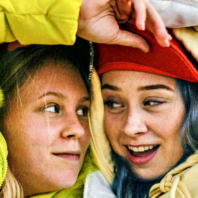 Lovleg-sarjan hahmot Gunnhild (Kristine Ryssdalsnes Horvli) ja Sara (Silje Holm Carlsen).