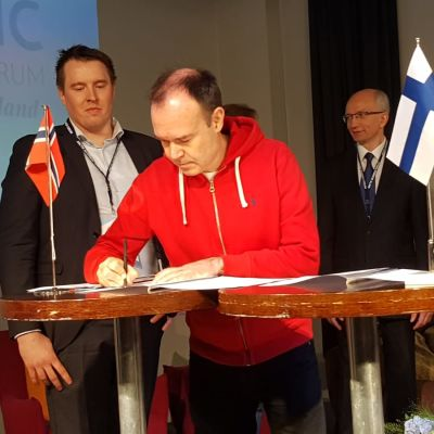 Peter Vesterbacka allekirjoittaa aiesopimuksen Jäämeren radan suunnittelusta ja toteutuksesta Arctic Business Forumissa Rovaniemellä 9. toukokuuta.