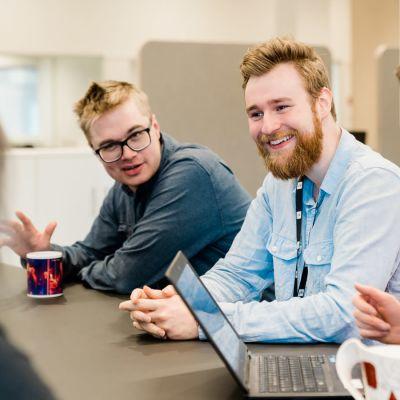 Reportrarna Christoffer Gröhn och Christoffer Kaski diskuterar med regionchef Merja Elonen.