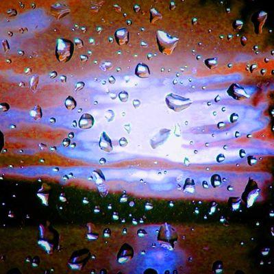 Vesipisaroita ikkunan pinnalla.
