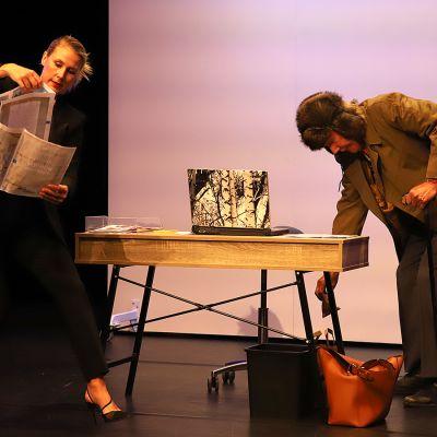 Nainen ja mies teatterin lavalla näyttelemässä