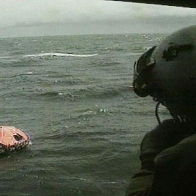 Pelastuslautta meressä helikopterista kuvattuna.