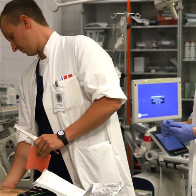Päivystyksen lääkärit tarkkailevat potilasta