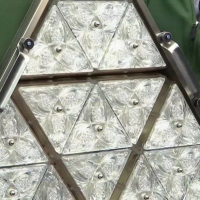 Kristallkula som ska hissa upp i skyskrapa i New York.