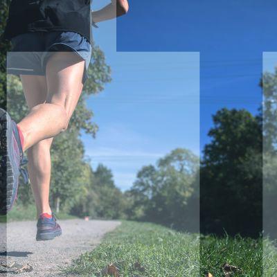 """henkilö juoksulenkillä, puolikuva jaloista ja päällä teksti """"TT"""""""