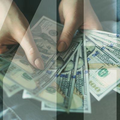 kädet käsittelevät rahaa