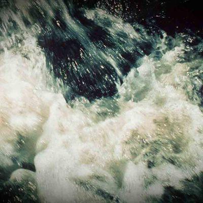 vesi ryöppyää koskessa
