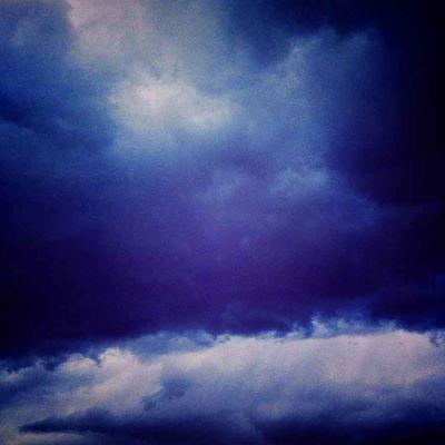 tummasävyinen pilvitaivas