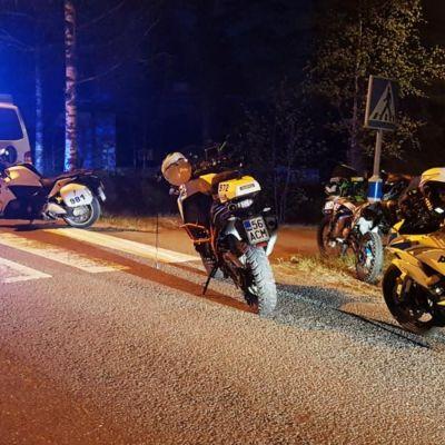 Polisen har stannat mopedister som försökt köra undan polisen.