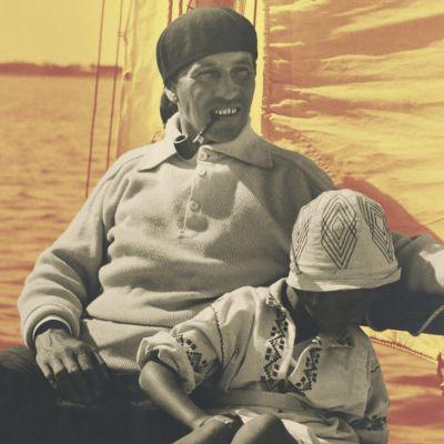 En man och ett barn ombord på en segelbåt.