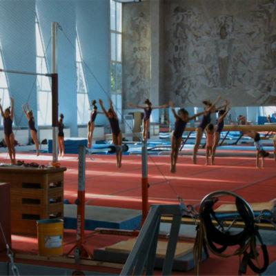 Flickor som tränar gymnastik