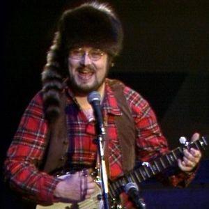 """Musiikkituokio Petri Hohenthalin seurassa 1981. Kappaleena """"Davy Crockett""""."""