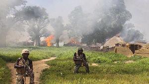 Nigerianska soldater attackerar Boko Harams läger i Borno.