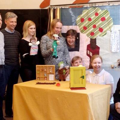 Grupp visar upp sina dockor för dockteatern.