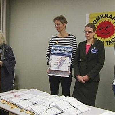 Det svenska nätverket Kärnkraftsfritt Bottenviken vädjade den 2 december 2014 till riksdagen att rösta omkull Fennovoima.
