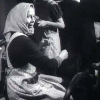 Naisia tekemässä käsitöitä talkoovoimin.