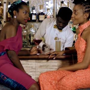 An African City -nettisarjan Nana Yaa ja Ngozi viihtyvät trendibaareissa Accrassa.
