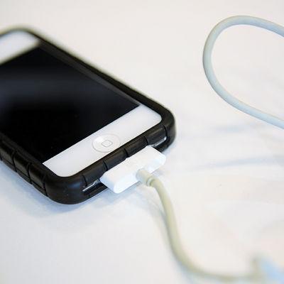 Smarttelefon som laddas.