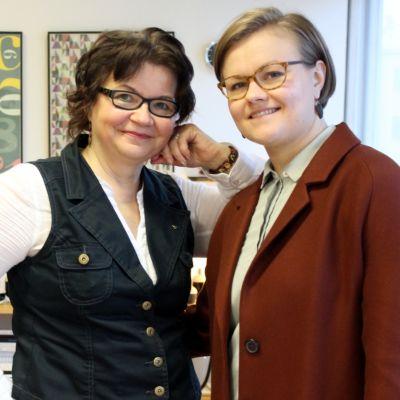 Muotoilija Katriina Nuutinen ja hänen yrityskumminsa Ella Kärki.