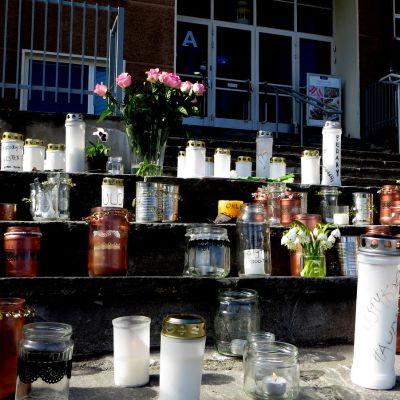 Savonlinnan yliopistokampuksella palavat muistokynntilät.