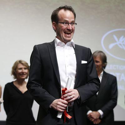 Juho Kuosmanen vastaanotti Cannesin elokuvajuhlien virallisen Un Certain Regard -kakkossarjan pääpalkinnon.