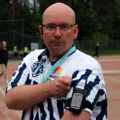 Syöttötuomari Jesse Mäkinen esittelee pesäpallotuomareiden kaudella 2016 testaamaa viestintäjärjestelmää.