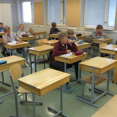 Savonlinnan Amnttolan koulun 6-luokkkalaiset ruotsintunnilla.