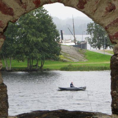 Uistelija Olavinlinnan muurilta nähtynä.