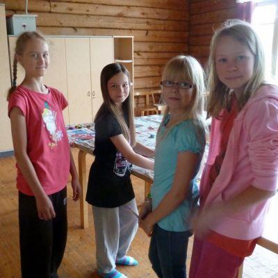 Tyttöjä leirikeskuksessa