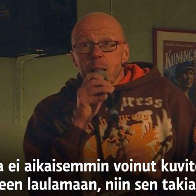 Kajaanilainen Timo Kormu laulaa karaokea.