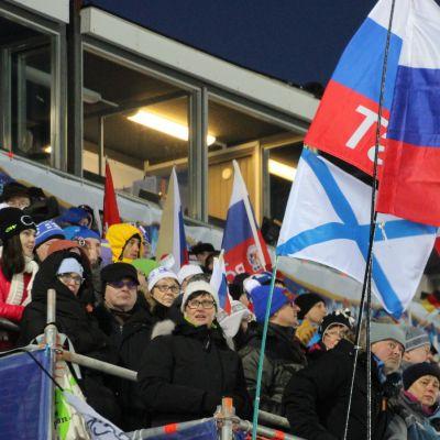 Yleisöä Kontiolahden ampumahiihdon MM-kilpailujen miesten normaalimatkan aikaan.