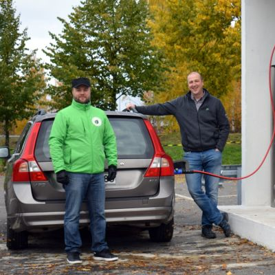 Biosairila Oy:n toimitusjohtaja Sami Hirvonen sekä ProAgria Etelä-Savon energia-asiantuntija Panu Jouhkimo Mikkelin Graanin kaasutankkausasemalla.