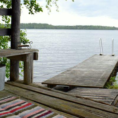 Saunan terassilta näkyy kaunis järvimaisema.