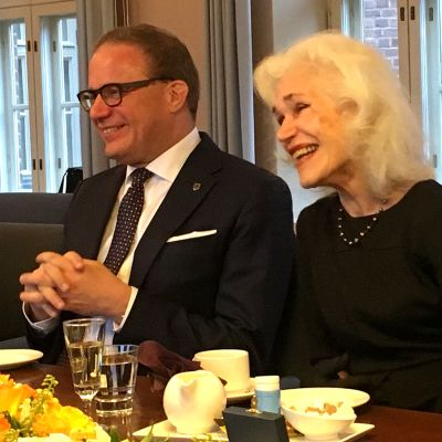 Galleristi Riitta Nuorivaara-Luhtanen vierellään kaupunginjohtaja Pekka Timonen.