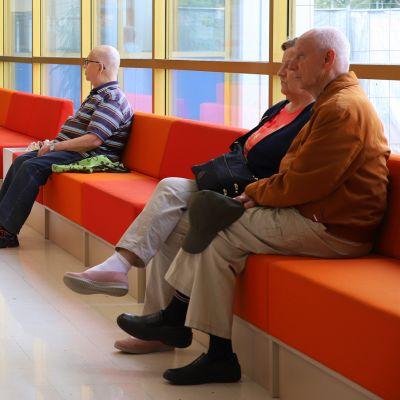 Asiakkaita Päijät-Hämeen keskussairaalan aulassa.