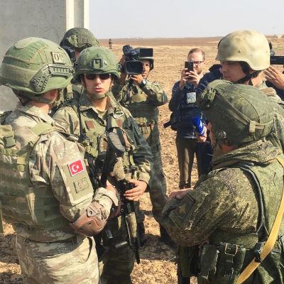 Turkkilaiset ja venäläiset sotilaat valmistautuvat ensimmäiseen yhteispartioon Darbasiyahissa Syyrian pohjoisosassa.