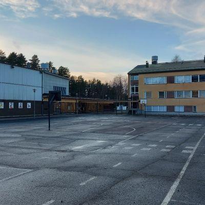 Matti Lohen koulun piha ja rakennukset Rautalammilla.