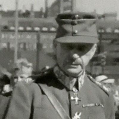 Mustavalkoinen kuva, keskellä Marsalkka Mannerheim