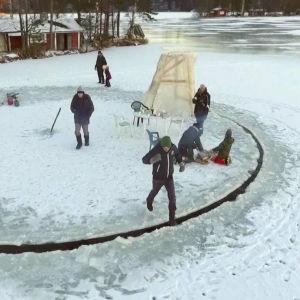 Människor står på ett runt isflak.