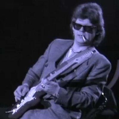 Albert Järvinen vinguttaa stratocasteria Tampereen Tullikamarilla keväällä 1989, takakenossa.