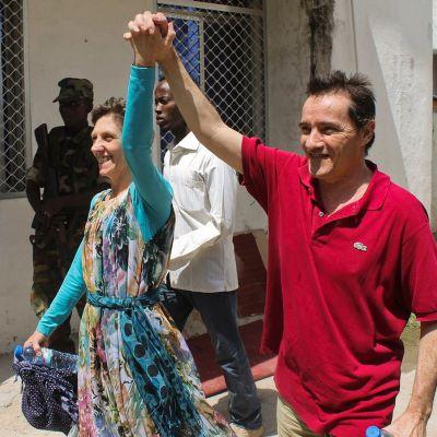 Italialainen Bruno Pelizzari ja Debbie Calitz juhlivat vapautumistaan Somalian Mogadishussa 21. kesäkuuta 2012.