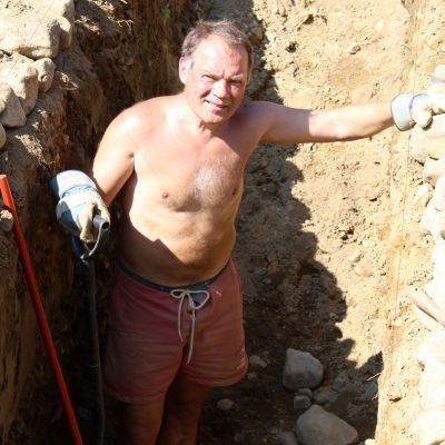 Porvoolainen Veikko Björk maahan kaivetun taidetoksensa sisällä.