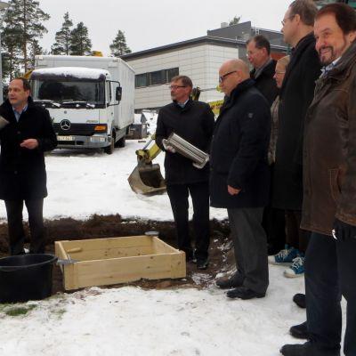Savonlinnan Lypsyniemessä muurataan kuitulaboratorion peruskiveä.